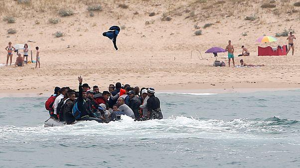 قارب يحمل مهاجرين غير شرعيين على سواحل المغرب