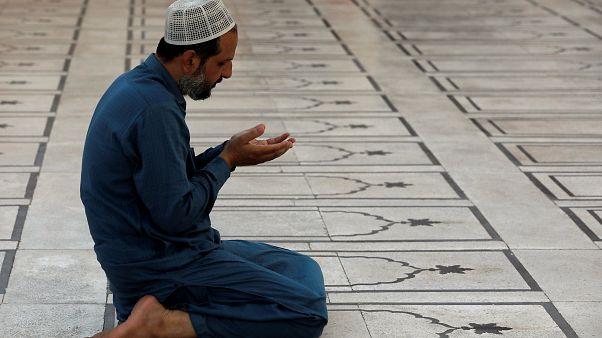 Pakistan Ay İzleme Komitesi mollaları ile Bilim Bakanı arasında ramazan tartışması