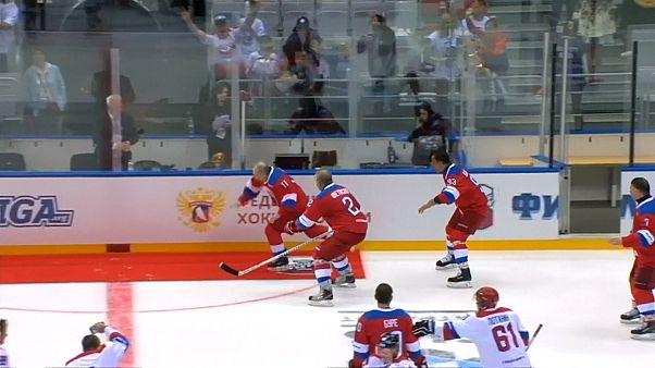 Video | Buz hokeyi maçında sekiz gol atan Putin kutlama sırasında yere düştü