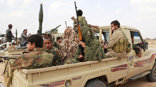 الحوثيون يبدأون الانسحاب من ميناءين في الحديدة والحكومة اليمنية تصفه بالمسرحية