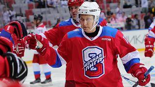 Putin erzielt 8, 9 oder 10 Treffer und fällt auf dem Roten Teppich