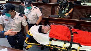 شاهد: عراك بالأيدي داخل برلمان هونغ كونغ ونقل نائب إلى المستشفى