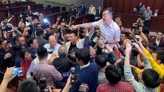 Rangelei zwischen Anhängern des demokratischen und des Pro-Peking-Lagers