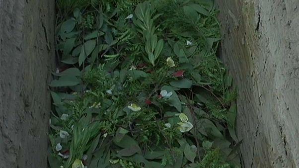 شاهد: مقابر للمدافعين عن البيئة من دون تابوت ولا شاهد
