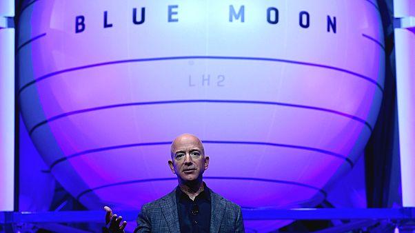 Amazon'un sahibi Jeff Bezos 2024'te Ay'a inmesi planlanan uzay aracını tanıttı