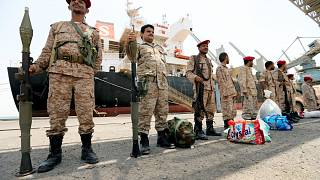 Rebeldes anunciam retirada de portos estratégicos