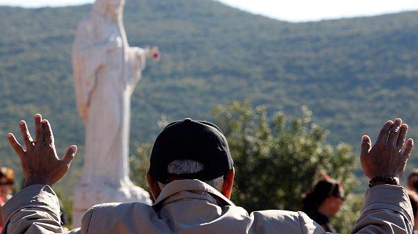 البابا فرنسيس يسمح بزيارة قرية بوسنية يقول سكانها إن السيدة العذراء تظهر فيها