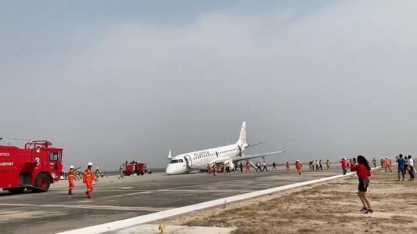 Das notgelandete Flugzeug der Myanmar National Airlines