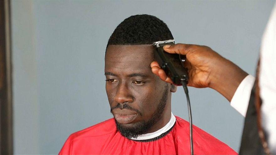 شاهد: مشروع لحلاقة الشعر في غانا يوفر على الزبائن الانتظار في طوابير طويلة