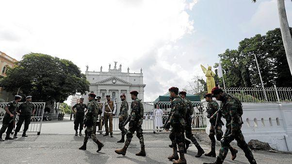 Camiler taşlandı, Müslümanlar darp edildi: Sri Lanka'da sokağa çıkma yasağı