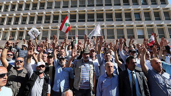 جنود لبنانيون متقاعدون يعلقون احتجاجا أمام البنك المركزي