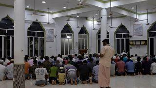 سريلانكا تفرض حظر تجول على مستوى البلاد بعد مهاجمة حشود لمساجد