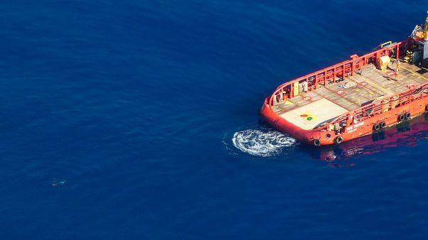 """""""مون بيرد"""" تلتقط صورة مهاجر يسبح في عرض المتوسط باتجاه سفينة طلبا للنجدة"""