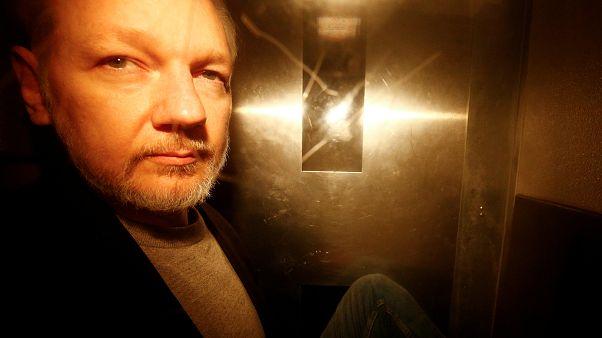 Julian Assange, à saída de um Tribunal londrino a 1 de maio de 2019