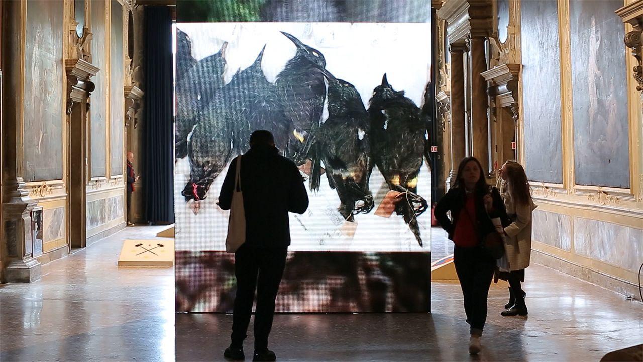A tragédia real exposta na Bienal de Arte de Veneza
