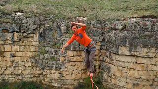 أحد المشاركين قي رياضة السير على الحبال