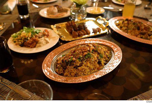 مصبِّح الكعبي أول شيف إماراتي يقدم أشهى أطباق بلاده في إفطار رمضاني