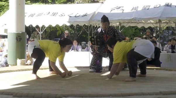 Japonya'da Anneler Günü için kadınlara özel sumo turnuvası düzenlendi