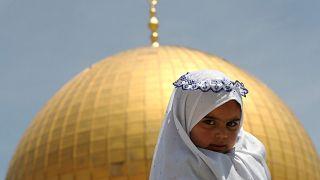 فتاة فلسطينية في أول جمعة هذا العام في المسجد الأقصى