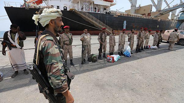 أفراد لقوات الحوثيين اليمنية في ميناء الصليف بالحديدة 11مايو 2019