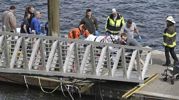 عمال الإنقاذ ينقلون أحد مصابي الطائرة المنكوبة