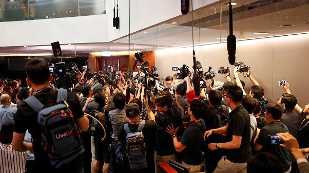 شاهد: اشتباكات داخل برلمان هونغ كونغ بسبب قانون مثير للجدل