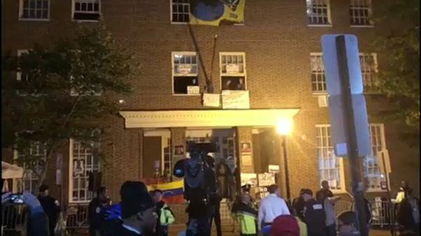 Aktivisták tiltakoznak Venezuela amerikai nagykövetségén
