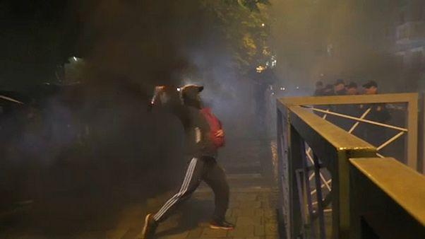 A szakadó eső sem állította meg a tüntetőket Albániában