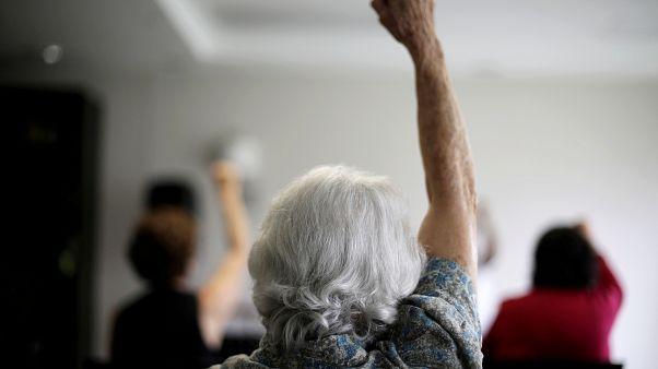 امرأة مسنة تشارك في فصل للتمارين الرياضية للمسنين في سان خوسيه