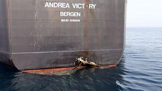 آثار التخريب على سفينة أندريا فيكتوري قبالة ميناء الفجيرة