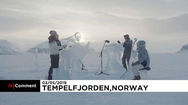 Greenpeace difunde un concierto con instrumentos de hielo para concienciar sobre el cambio climático