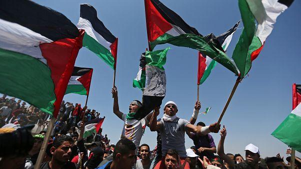 متظاهرون يحملون الأعلام الفلسطينية أثناء الاحتفال بالذكرى 71 للنكبة