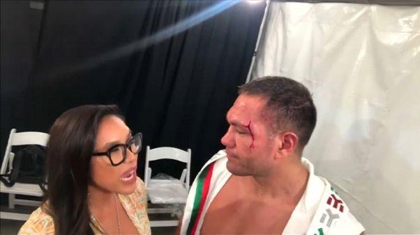 Megbüntették a riporternőt megcsókoló bokszolót
