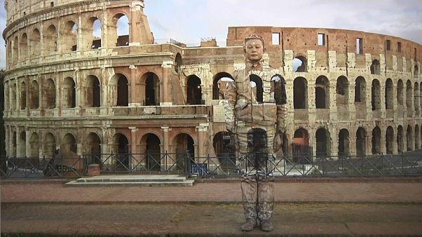 Künstler Liu Bolin wird unsichtbar