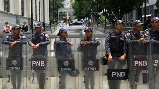 نیروهای امنیتی ونزوئلا مانع از حضور نمایندگان مخالف در پارلمان شدند