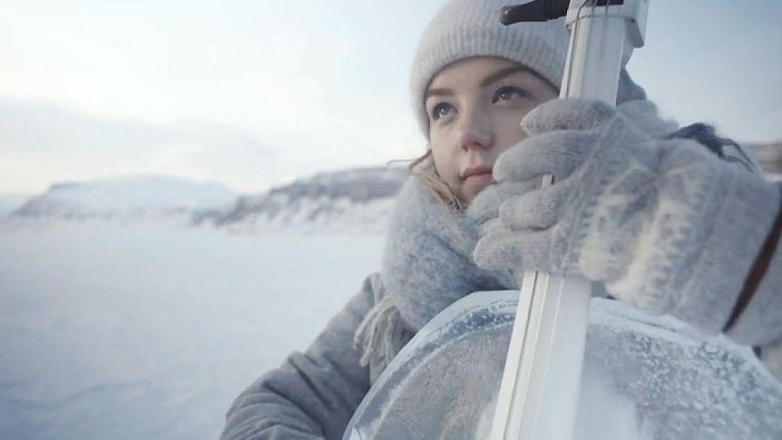 شاهد: فرقة تعزف الموسيقى في درجة حرارة 12 تحت الصفر من أجل قضية المناخ