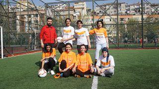 Suriyeli mülteci kızlar, mahalleliyle futbol oynuyor.