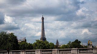 Eyfel Kulesi 130. yıl dönümünü ışık gösterileriyle kutluyor