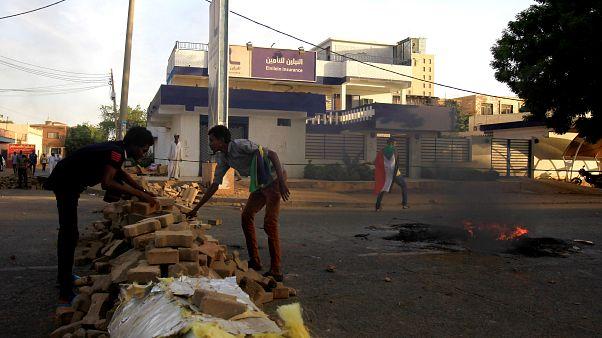 المعارضة السودانية تأسف لتعليق المجلس العسكري للمحادثات وسط تصاعد غضب المحتجين