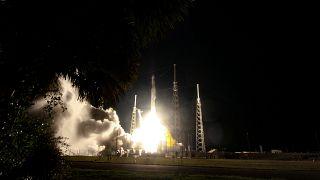 SpaceX internet projesi Starlink için 60 uyduyu uzaya gönderiyor