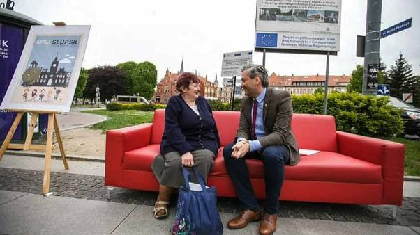 L'allora sindaco Robert Biedroń sul suo divano rosso