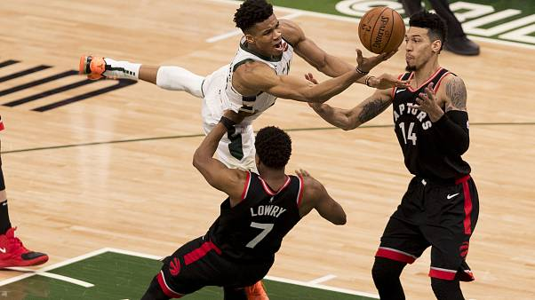 NBA: i Bucks vincono in rimonta sui Raptors