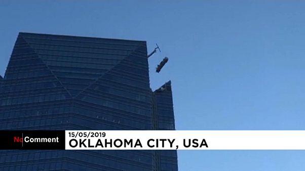 نجات دو کارگر شیشه پاککن آسمانخراش ۲۵۹ متری
