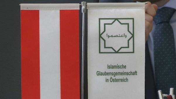 مسلمون في النمسا يلوحون بمقاضاة الحكومة بعد إجراءات حظر ارتداء الحجاب في المدارس