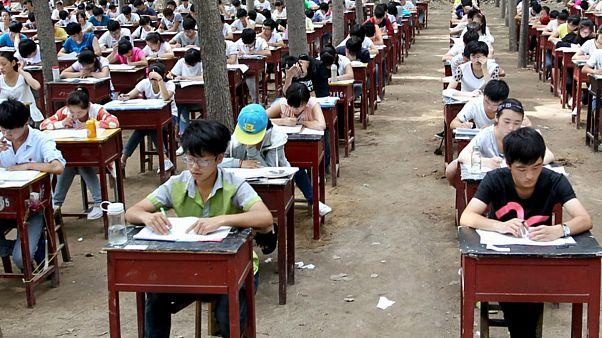 Pekin'den zorunlu asimilasyona teşvik: Uygur öğrencilerin sınav puanları düşürüldü