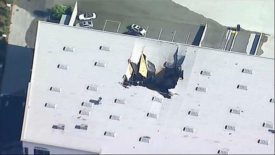 Kalifornien: F-16 Flugzeug stürzt auf Lagerhalle