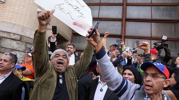 Celebraciones de partidarios de Guaidó ante la embajada