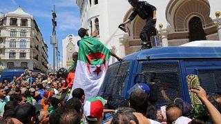 Manifestations : les Algériens repoussent la police à Alger