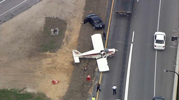 شاهد: اصطدام طائرة بسيارة على طريق سريع في أمريكا!
