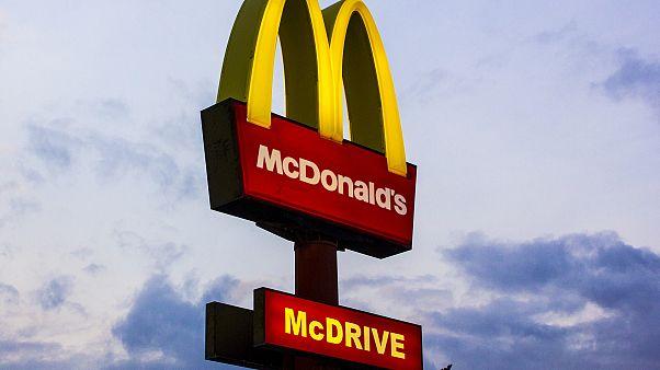 أمريكي وتحتاج للتواصل مع سفارة بلادك في النمسا؟ ..  الحل في ماكدونالدز
